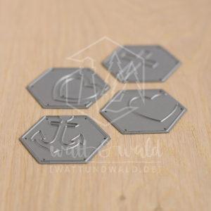 Cutting Dies zum ausstanzen von 4 verschiedenen Hexagons mit dekorativen Verzierungen: Kreuz, 2x Herz und Anker.