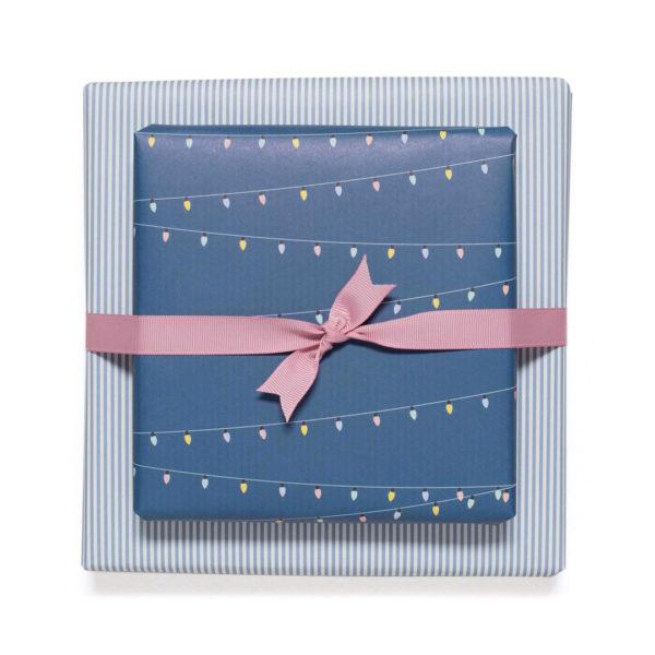 gemustertes, grafisches Geschenkpapier von My Pretty Circus | beidseitig bedruckt | Lichterkette & Streifen blau