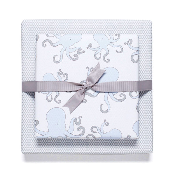 gemustertes, grafisches Geschenkpapier von My Pretty Circus | beidseitig bedruckt | Kraken & Sternchen grau/weiß