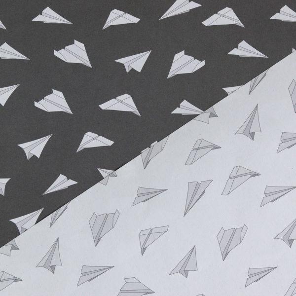 gemustertes, grafisches Geschenkpapier von My Pretty Circus | beidseitig bedruckt | Papierflieger dunkelgrau & weiß