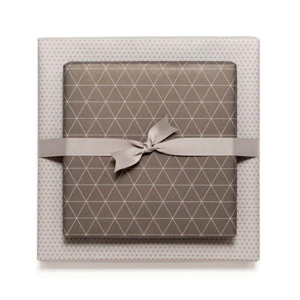 gemustertes, grafisches Geschenkpapier von My Pretty Circus | beidseitig bedruckt | Dreiecke braun