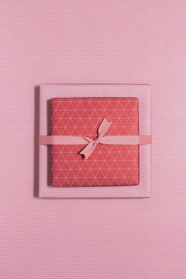 gemustertes, grafisches Geschenkpapier von My Pretty Circus | beidseitig bedruckt | Dreiecke dunkelrot