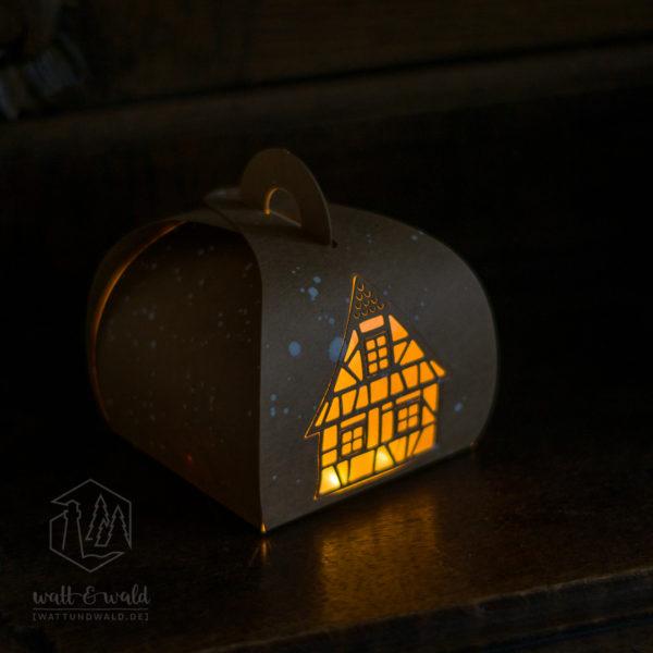 Beleuchtete Kraftpapierbox mit Fachwerkhaus