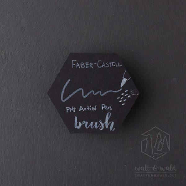 Schriftprobe auf schwarzem Karton | Faber-Castell Pitt Artist Pen brush weiß