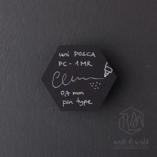 Schriftprobe auf schwarzem Karton | uni Posca PC-1MR weiß