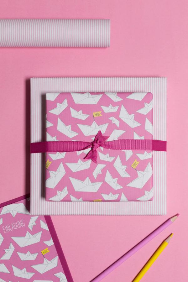 gemustertes, grafisches Geschenkpapier von My Pretty Circus | beidseitig bedruckt | Papierschiffchen Ahoi rosa