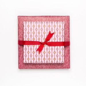 gemustertes, grafisches Geschenkpapier von My Pretty Circus | beidseitig bedruckt mit einem floralen und einem grafischen Muster | Pearls & Plants dunkelrot
