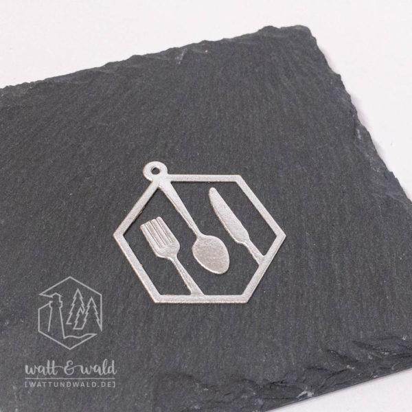 Anhänger mit Besteck gestanzt aus silberfarbenem Waschpapier