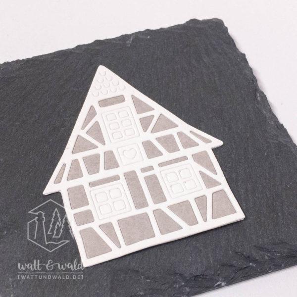 Fachwerkhaus gestanzt aus weißem und grauem Waschpapier